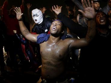 Amplían toque de queda en Ferguson, donde siguen protestas