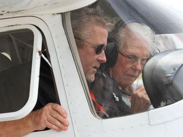 Mujer celebra 90 años piloteando avioneta