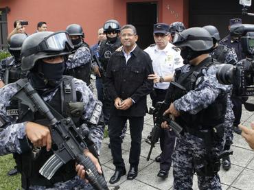 Ex presidente salvadoreño es llevado a prisión