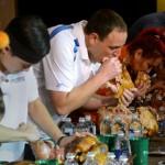 Glotón gana concurso por comer más de cuatro kilos de pavo
