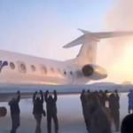 Pasajeros empujan avión en Rusia para poder despegar