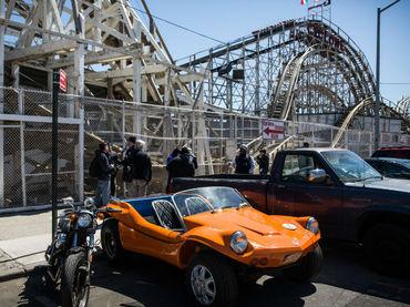 Usuarios quedan atascados en lo alto de montaña rusa en NY