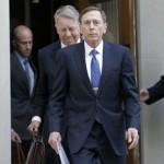 Ex director de la CIA recibe condena por divulgar secretos
