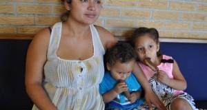 Madre salvadoreña se refugia en una iglesia para evitar deportación