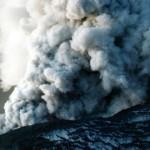 Volcán ecuatoriano emite columna de vapor y ceniza